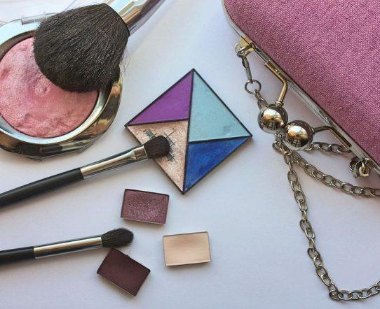 Top des accessoires de beauté indispensables dans un sac à main